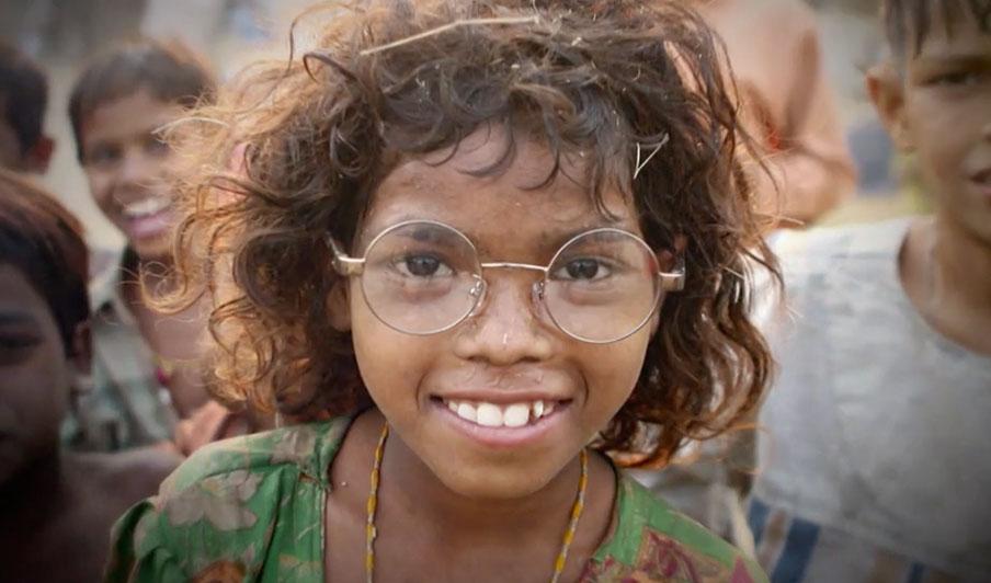 Abb. 1: https://brillenweltweit.de (10.08.2020) Das Bild zeigt ein lachendes Mädchen  mit einer Brille